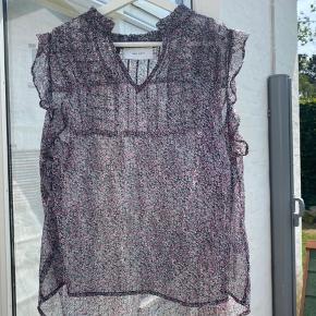 Super sød Neo Noir bluse uden ærmer Sælges da jeg aldrig har fået den brugt Den er en smule gennemsigtig i stoffet Nypris: omkring 399 i magasin Smid gerne et bud pb eller brug køb nu☺️