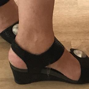 """Sorte sandaler i en form for """"snake"""" print. Brugt ca. 8 gange. Behagelig kilehæl. Super flotte til både jeans og kjole. Regulerbare stropper med velcro. Giver gerne lidt mængderabat 😉"""