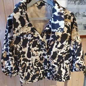 Super fin jakke med 3/4 ærme. Stor 36. Passer også en 38. 👍😍