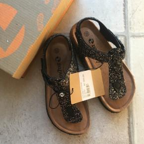 Helt nye flotte glimmer sandaler. Stadig med mærke.Sælges da de desværre er for store til min søster.   Nypris 300kr Min pris 150kr  Sender gerne på købers regning.