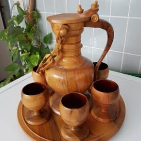 Ensemble pichet et 6 verres en bois Sur plateau en bois En très bon état  A prendre sur place  Aucun paiement par Paypal