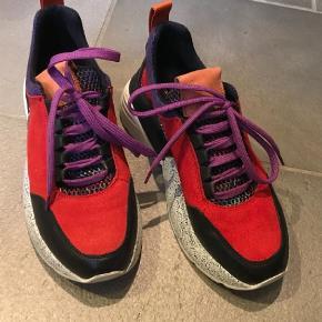 Brand: J-Shoes Varetype: Sneakers Farve: Rød Oprindelig købspris: 1300 kr.  Super fede chunky sneakers fra det svenske mærke J-shoes. Ægte skind inde og ude og super pasform.