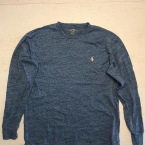 Varetype: Bluse Farve: Blå Oprindelig købspris: 900 kr. Prisen angivet er inklusiv forsendelse.  Sælger denne langærmet Ralph Lauren, som har en lækker farve og god kvalitet.  Np: 900kr Mp: 100kr Bin: 200kr Str: M (fitter en på 180 cm) Cond: 9/10