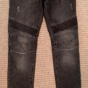 Super fede og jeans sælges i str 28/32  Kun brugt få gange ganske kort  Fedeste detaljer med nitter ved lommer og lynlås nederst benene mm👌 Perfekt pasform og super kvalitet