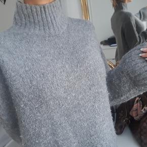 Grå lækker sweater med høj hals str small  den er brugt et par gange, har lidt vaske slid i stoffet men fremstår flot jeg er 171cm høj  den er brugt et par gange, fremstår flot trods brug den sælges for 300kr eller 340kr inkl fragt med DAO