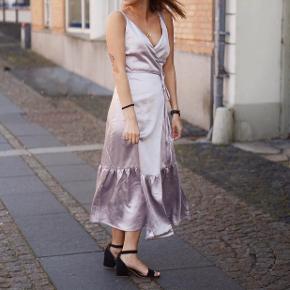 Smuk slå om kjole fra Gestuz 💓 Størrelsen er 42, men passer bedre str. 40/L  Aldrig brugt   🌸 Se mine andre annoncer og få mængderabat 🌸