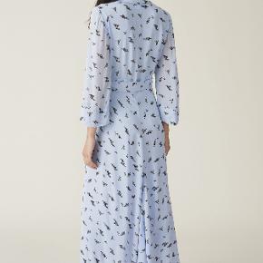 Jeg sælger min smukke kjole fra Ganni 💗🌸   Den fejler intet, og er blevet brugt tre gange 😎