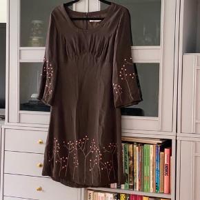 Super smuk kjole i silke med broderet blomster. Er desværre for stor til mig. Jeg er en str. 34, vil mene den både kan passe 36 og 38 😊  #Secondchancesummer