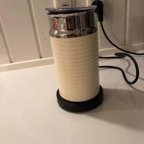 Jeg sælger en nespresso kapselkaffe maskine og en næsten ny mælkeskummer i beige. Sælges for 350,-/stk.