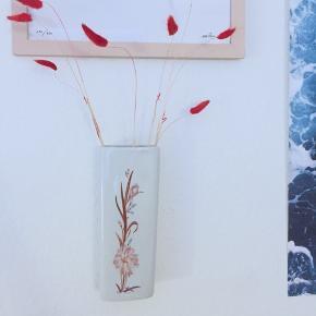 Den fineste retro hængevase / vægvase med blomsterprint. Den har hul bagpå så man kan hænge den op. Den har lidt plamager indvendigt, men det ses ikke når man bruger den.