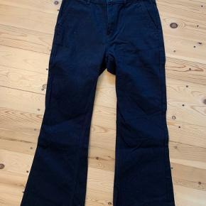 Sorte jeans med vidde ben med svaj. Lagt op så de passer en med en højde på 168 cm.