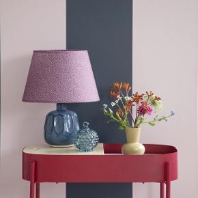 Fin blå keramik lampe fra Søstrene Grene, lilla/lyserød skærm eller beige velour skærm medfølger.