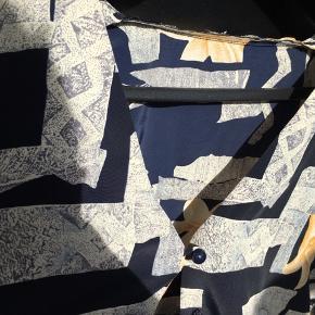 Vintage skjorte. Har brugt den som oversize overshirt til sommerkjoler. Klippet kraven af for at gøre den mere jakke-agtig:-)