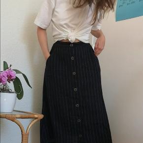 Sommerlig nederdel fra Mango i hør-materiale. Den er en anelse mørkeblå i farven. Fejler intet!