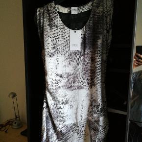 Kjole med enkelte detaljer. Sælges da den aldrig har været i brug . Sidste billede viser en ca længde. Midt på låret, jeg er 170.