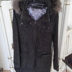 Rigtig lækker og varm jakke. Den er str. M man passer nok bedste en str. S.