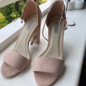 Fine rosa hæle fra Nelly i str. 37. De er dog meget store i størrelsen så den passer nok mere en 38 eller 39. Jeg sælger dem da de er for store til mig hvilket også betyder at de kun har været prøvet på et par gange. De ser dermed helt nye ud.