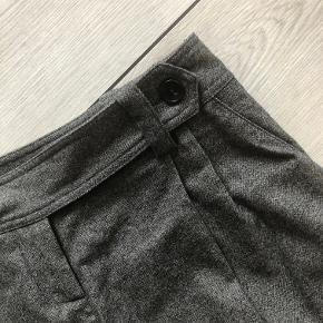 Super fede shorts i 98% uld og 2 % elasthan  Indvendig for.  Liv. 76 cm  Total længde 55 cm  Brugt 1 gang