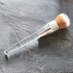 Alsidig børste med tætte børstehår, der blidt polerer din foundation ind i huden og skaber et glat, ensartet lærred for din makeup.  Nypris: 305,-