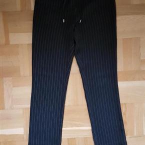 Varetype: bukser Farve: Sorte med hvide striber Oprindelig købspris: 1600 kr. Prisen angivet er inklusiv forsendelse.  Virkelig behagelige Calvin Klein bukser.
