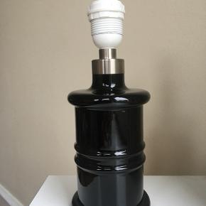 Holmegaard apoteker lampe i sort. Lampen fremstår næsten som ny, kun lidt ridser på kontakt/ledning. 27 cm høj inkl. fatning. Kommer uden skærm.