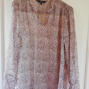 Fin gennemsigtig skjorte med leopard mønster. Elastik-effekt ved håndled. Flæser ved kraven. Så flot! Aldrig brugt. Tager ikke billede af tøjet på 🌺