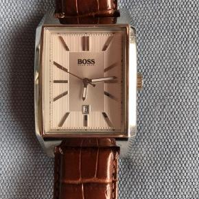 HUGO BOSS ur som er brugt få gange.   Æske følger med.   Nypris er 1600 kr. (Uret er udgået af produktion.)