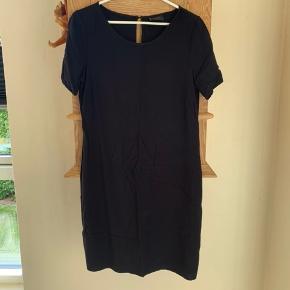 Sort og enkel t-shirt kjole  Byd gerne🌸