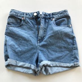 Blå vintage shorts fra ASOS, aldrig brugt. Størrelse UK 10 (svarer til en medium). Nypris er 245 kr.