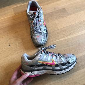 Nike P-6000 i silver/pink. En af de originale tre farver, der er udsolgt alle steder. Har få brugstegn, de har ikke er blevet brugt særligt meget