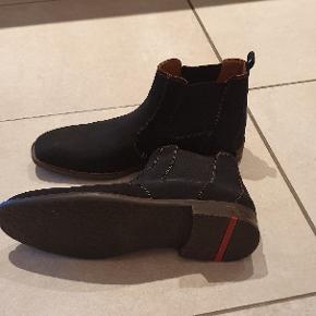 Pæn kort herre støvle fra Lloyd. Sort med elastik i siden. Fejler intet, brugt ganske få gange.