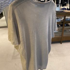 Helt ny IRO t-shirt. Købt i illum i juni måned. Den er brugt 1 enkelt aften. Perfekt stand.  Købt for omkring 1100,-  Sælges for 400,-  Str. S FARVEN ER TAUPE