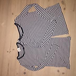 Mærket er løst på den ene af trøjerne.