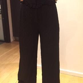Smukke bukser med flæse foroven pg prikmønster sort i sort