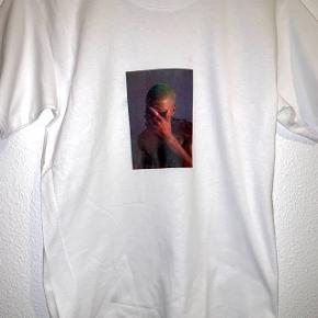 Sælger disse super fede T-shirt's med print  ❌T-SHIRT FÅS OGSÅ I SORT❌ Prisen er fast 150inkl fås i (xs,s,m,l)