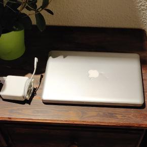 """MacBook Pro 13"""" fra 2010. I pæn og velholdt stand og uden fejl. Der forekommer kun ganske få mindre ridser/mærker. Opdateret til os x El Capitan. Desuden er der installeret Microsoft Office på den. Med hurtig Intel dual-core processor, 6 GB RAM, 500 GB harddisk, indbygget WiFi, Bluetooth, FaceTime kamera og mikrofon. Ligeledes med baggrundsbelyst DK tastatur. Sælges med Magsafe oplader. Nulstillet, opdateret og klar til brug.. Stadig med fornuftig batterilevetid. Anvendelig og velegnet til både hverdag og studie 😊"""