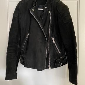 Må hellere indse at jeg ikke kommer til at kunne passe denne ruskindsjakke igen. Den er ellers helt perfekt, og virkelig lækker kvalitet! Kvaliteten kommer til udtryk når man har jakken i hånden, da den er tung og tyk i læderet. Den er brugt, men har ikke tydelige tegn på slid. Kan styles både med jeans og uden på en kjole.   Bikerjakke, ruskindsjakke, læderjakke