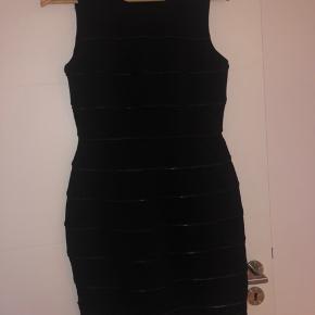 Flot kjole fra calvin Klein , brugt højst 2 gang, lidt stor i str. M kan godt passe