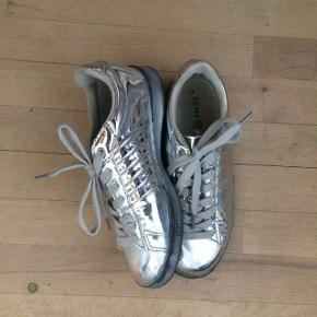 Sølv sko fra ichi  Minder lidt om Adidas superstar   Strørrelse 37  Kontakt mig gerne for mere information:)  Nypris var omkring 400kr  Brugt et par gange