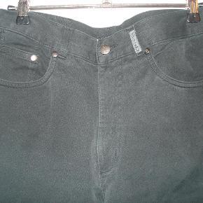 Varetype: Jeans i klassisk, regular fit med stræk fra Sand Farve: Sort Oprindelig købspris: 1199 kr.  Kvalitetsjeans fra Sand i flot, klassisk, nedtonet udtryk i sort, størrelse 38. 5 lommer, bæltestropper, regular fit med god stræk og virkelig høj kvalitet i stoffet. Taljen måler 76 cm og benlængden målt på indersiden af benet måler 72 cm. Benvidden ved foden er 36 cm. Brugt få gange og fremstår i meget flot stand og HELT sorte (trods blitzen, og solskin, der laver skygger). BYTTER IKKE!