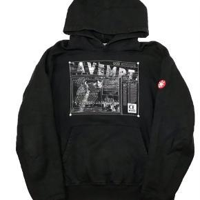 Lækker hoodie fra cav empt  Har et pænt oversized fit