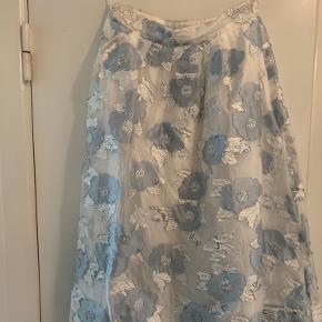 Den smukkeste nederdel fra Baum und pferdgarten. Jeg vil gerne købe den 1-2 numre større, for jeg kan desværre ikke passe denne her og derfor er den til salg 🥺
