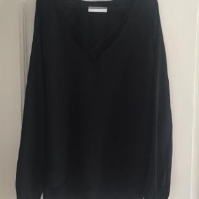Varetype: Bluse Farve: Sort Oprindelig købspris: 400 kr.  Flot bluse med tynde stropper fortil.  Brugt 1 gang.