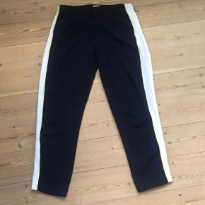 Ca. 1 år gamle bukser. Har været brugt nogle gange men er uden tegn på slid. Længde til anklerne (jeg er 175). Sidder til om hoften og er løse omkring lår/ben.
