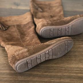 Brand: H&M premium quality Varetype: Mokkasin lang  Farve: Brun Oprindelig købspris: 800 kr.  Superskønne cognacfarvede ruskindsstøvler fra HM Premium. Desværre købt for små. Som man kan se på fotos, kun støvlerne være lange aller skubbes mere ned. Der er et ruskindsbånd, der kan strammes så støvlen bliver siddende hvor man vil ha den. Mokkasin støvle.