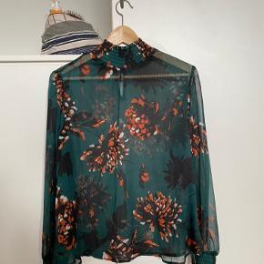 Super fin og gennemsigtig bluse fra YAS. Nærmest aldrig brugt! Prisen er inklusiv fragt :-)