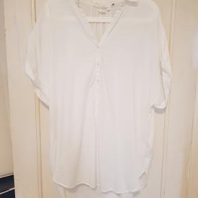 Kortærmet hvid oversize skjorte med opsmøg på ærmer. 100% bomuld. Har den også i hvid-blå stribet - se min profil.  Mål Længe: 78cm Bredde: 64cm
