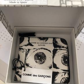 Denne Comme des Garcons x Supreme pung er kun blevet brugt en gang. Kvittering haves ikke, da jeg fik den i gave af en ekskæreste. Men jeg står 100% inde for ægtheden!