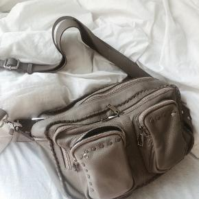Nunoo limited edition taske i sand/beige/lys grå. Med fine stikninger og begge remme. Standen er er næsten som ny