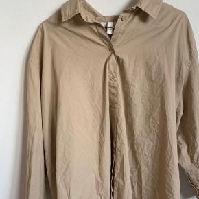 Flot H&M skjorte, aldrig brugt  Kom endelig med bud!